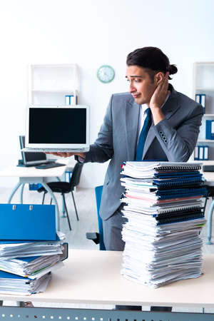 Businessman with heavy paperwork workload Banque d'images