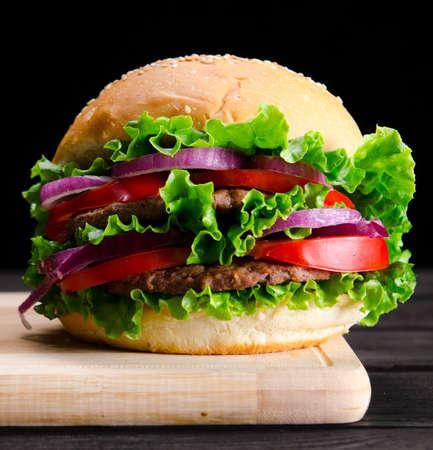 Hamburger die in broodje in het concept van het voedings snelle voedsel wordt gediend