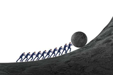 Équipe de personnes poussant la pierre vers le haut
