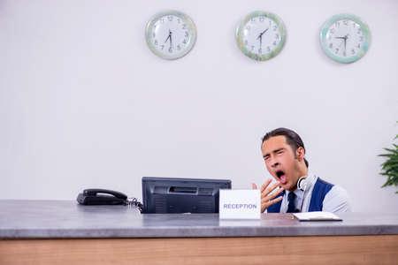 Jeune homme réceptionniste au comptoir de l'hôtel Banque d'images