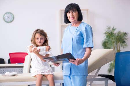 Little girl visiting old female doctor Banque d'images - 130804729
