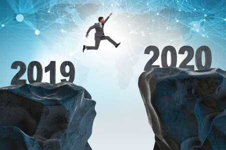 Businessman jumping from year 2019 to 2020 Foto de archivo - 130804673