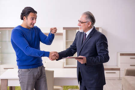 Male real estate agent and male client in the apartment Stockfoto