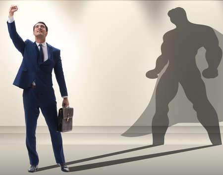 Uomo d'affari con l'aspirazione di diventare supereroe