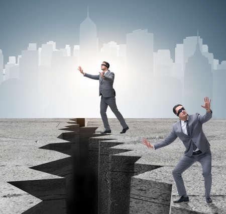 Biznesmen z zawiązanymi oczami w koncepcji niepewności