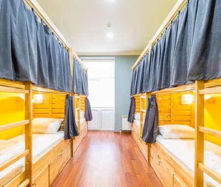 Betten im Hostel-Schlafsaal im Zimmer angeordnet