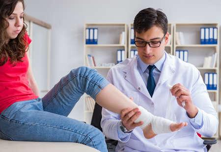 Médecin et patient lors d'un examen pour blessure à l'hôpital Banque d'images