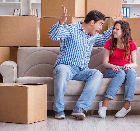 Junge Paare, die auf neues Haus mit Kästen einziehen