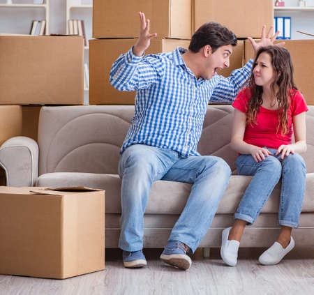 Pareja joven mudarse a casa nueva con cajas