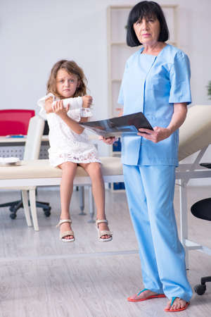 Little girl visiting old female doctor Banque d'images - 131148456