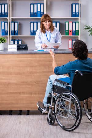 Paciente joven en la recepción en el hospital.