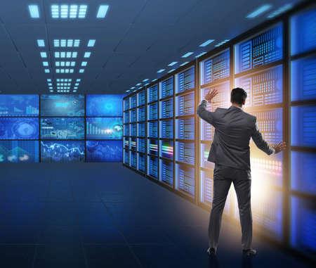 Concetto di gestione dei big data con uomo d'affari