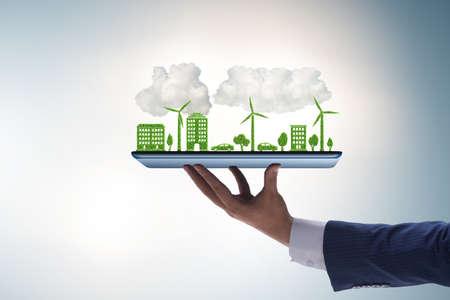La tableta de mano con mini ecosistema y energía limpia. Foto de archivo