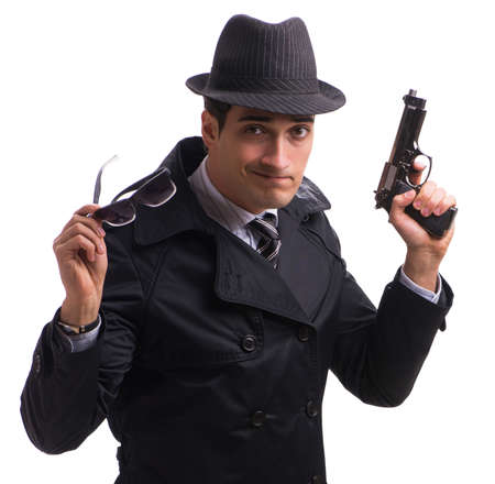 Hombre espía con pistola aislado sobre fondo blanco.