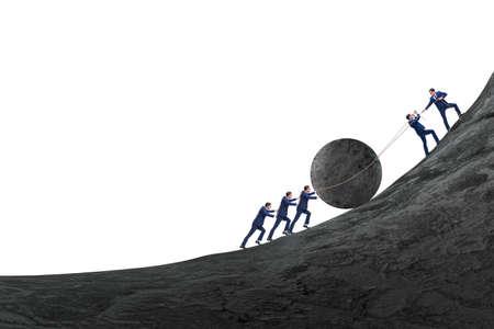 Ejemplo de trabajo en equipo con gente de negocios empujando piedra hacia arriba Foto de archivo