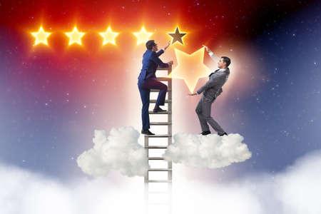 Homme d'affaires tendant la main aux étoiles