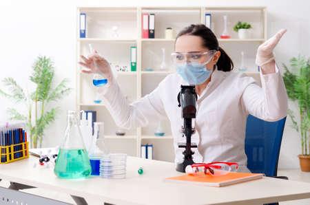 Young female chemist working in the lab Zdjęcie Seryjne