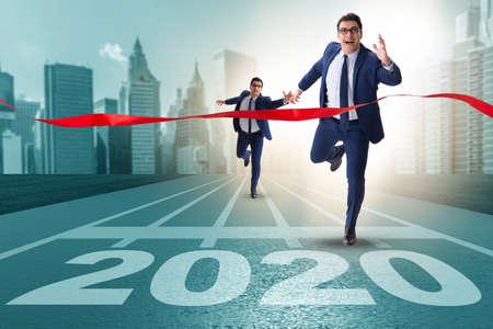 Geschäftsmann im Konzept des neuen Jahres 2020 Standard-Bild