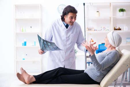 Jonge mannelijke arts en vrouwelijke oncologiepatiënt Stockfoto