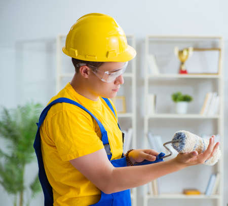 Painter working at home in refurbishment project Imagens