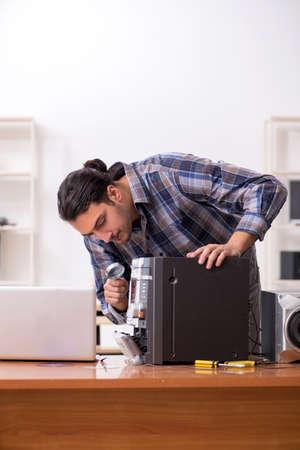 Young engineer repairing musical hi-fi system Banco de Imagens - 132236252