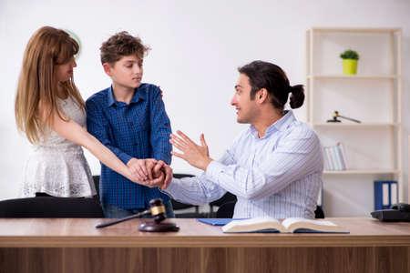 Familia divorciada tratando de dividir la custodia de los hijos
