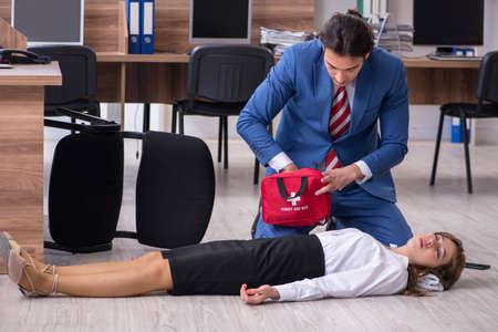 Jeune employé souffrant au bureau