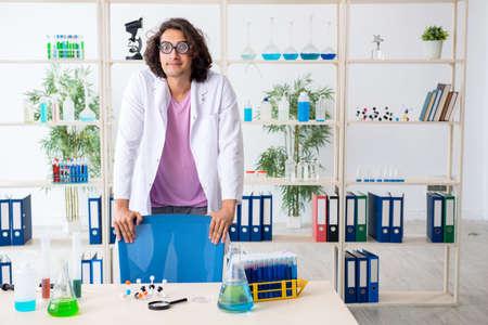 Funny male chemist working in the lab Reklamní fotografie - 131758835
