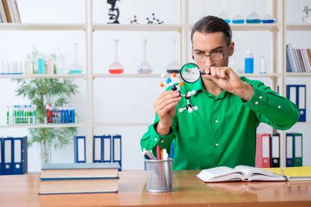 Chemistry student studying for exams Zdjęcie Seryjne
