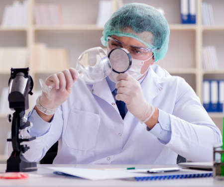 Forensics investigator working in lab on crime evidence 版權商用圖片