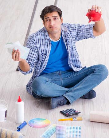 若い男は改装プロジェクトで彼の予算を使い過ぎ 写真素材