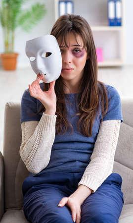 Frau leidet unter häuslicher Gewalt, die Arzt besucht