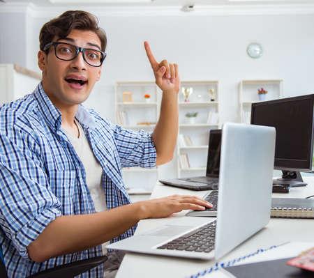 Biznesmen siedzący przed wieloma ekranami