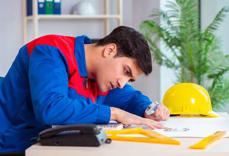 Foreman looking at construction plan Stok Fotoğraf