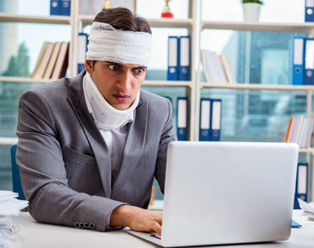 Injured businessman working in the office 版權商用圖片