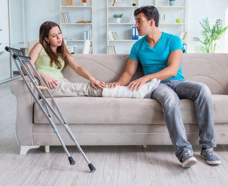 Homme mari soutenant sa femme blessée Banque d'images