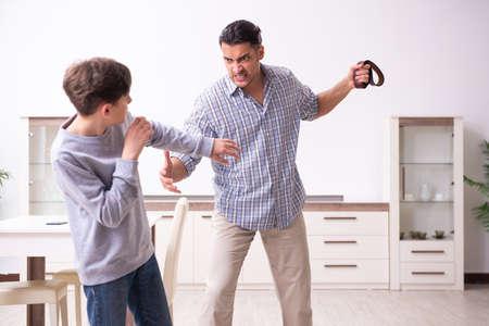 Vader slaat en straft zijn zoon
