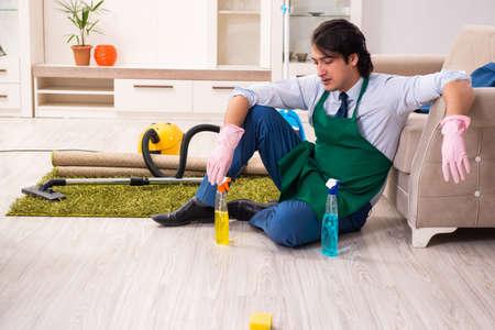 Jeune homme d'affaires nettoyant la maison Banque d'images
