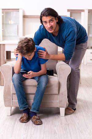 Konzept gefährlicher Gewohnheiten von Kindern Standard-Bild