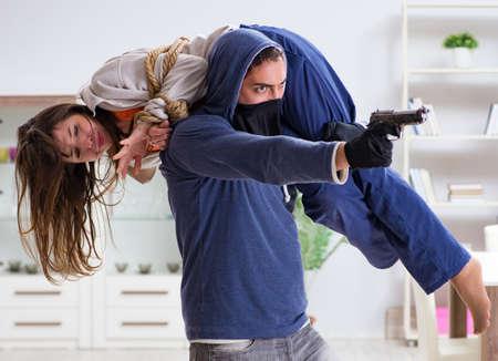 L'homme armé agresse une jeune femme à la maison