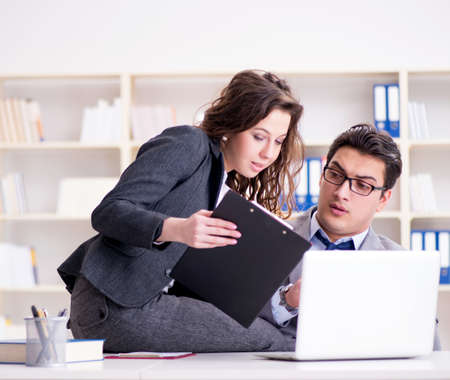 Concepto de acoso sexual con hombre y mujer en el cargo