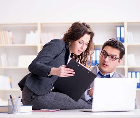 Seksuele intimidatie concept met man en vrouw in office