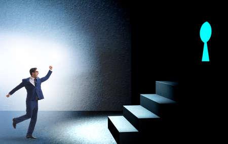 Homme d'affaires marchant vers le trou de la serrure dans le concept de défi Banque d'images