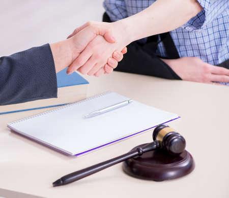 Injured employee visiting lawyer for advice on insurance Zdjęcie Seryjne