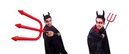 Hombre disfrazado de diablo en concepto de halloween