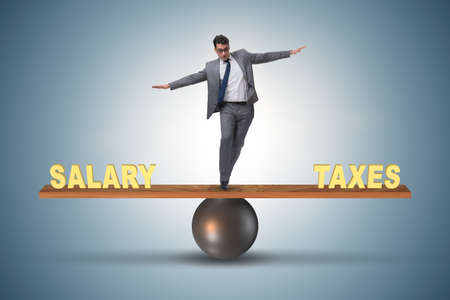 Equilibrio entre impuestos y salario de empresario Foto de archivo