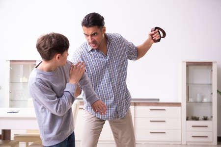 Vater schlägt und bestraft seinen Sohn