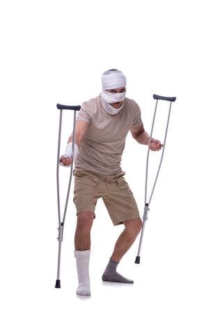 Hombre después de accidente de coche aislado en blanco