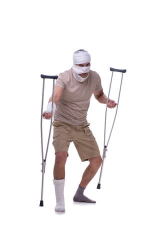 Homme après accident de voiture isolé sur blanc