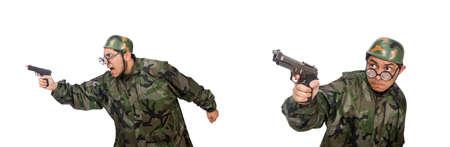 Hombre militar con una pistola aislado en blanco